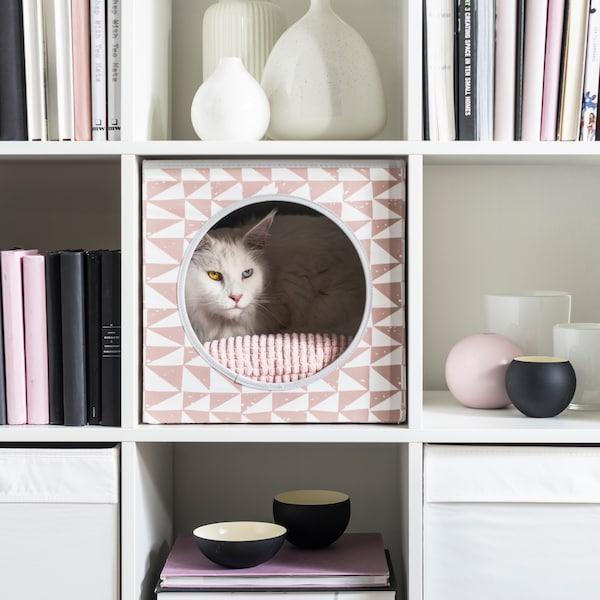 Un gatto bianco si rilassa in una casetta per gatti LURVIG che si inserisce perfettamente nello scaffale KALLAX - IKEA