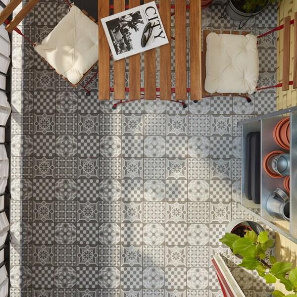 Un gros plan du caillebotis MALLSTEN de type carrelage sur une terrasse extérieure.