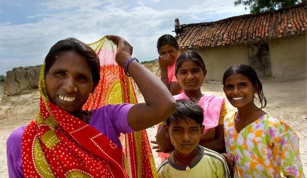 Un groupe de femme et un garçon souriants, représentant le combat de IKEA pour promouvoir l'égalité, la diversité et le respect des droits humains.