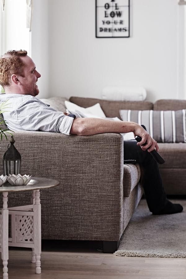 Un hombre relajándose en el sofá.