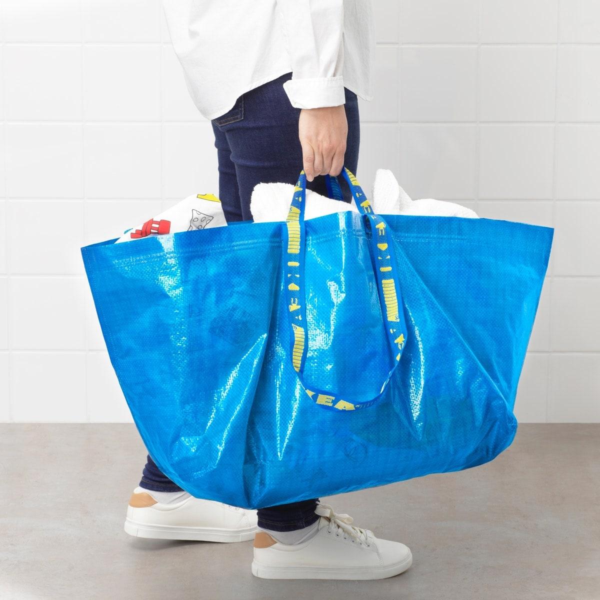 Un homme avec un sac bleu FRAKTA
