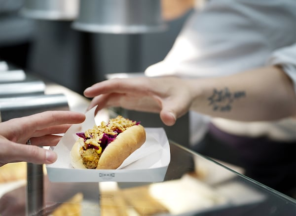Un hot dog vegetariano servito al banco - IKEA