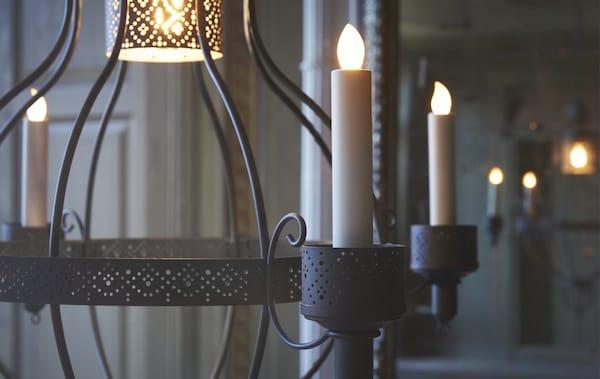 Un lampadario a 4 bracci con candele a LED - IKEA
