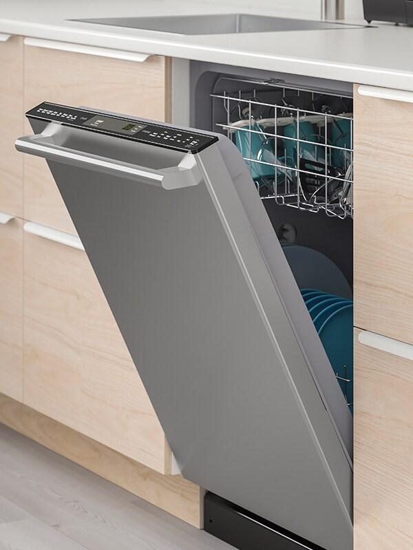 Un lave-vaisselle encastrable ESSENTIELL en acier inoxydable noir.