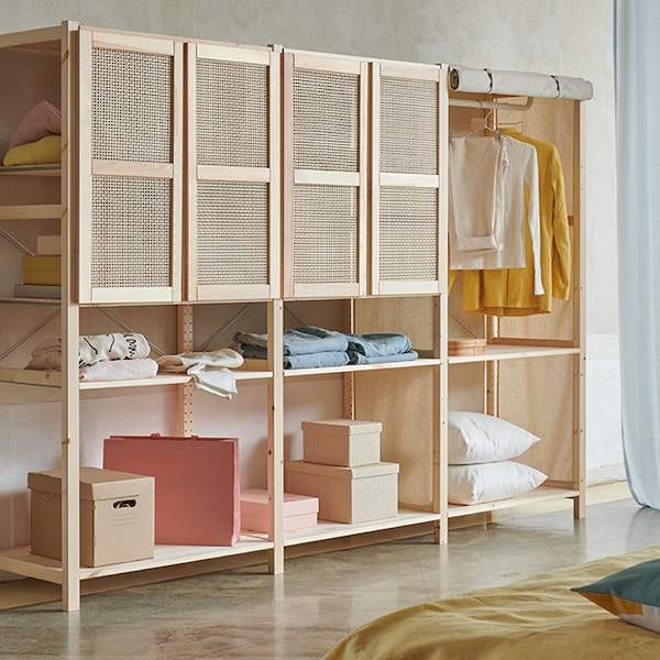 Un meuble de rangement IVAR avec des portes en bambou.