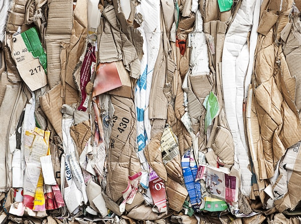 Un montón de cartón arrugado y desechos que se van a reutilizar.