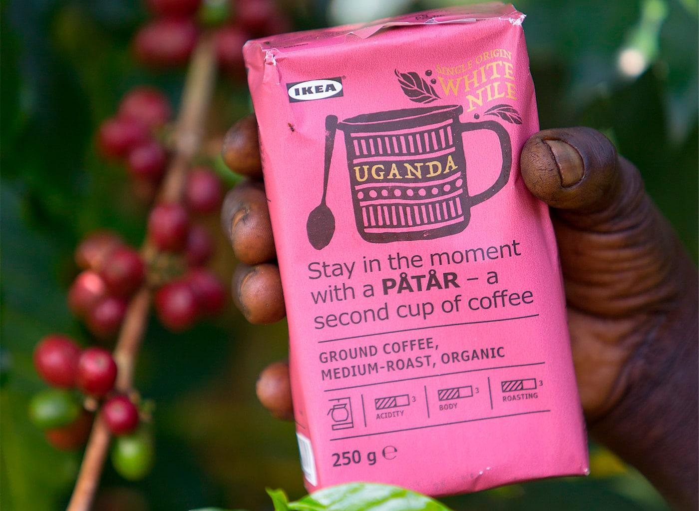 Un paquete rosa del café PÅTÅR edición especial 100% arábica en la mano de un productor de café.