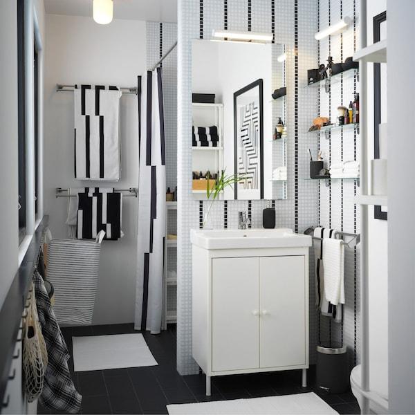 Un pequeño baño con líneas negras y muebles de baño IKEA
