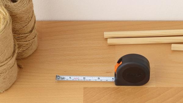 Un ruban à mesurer est placé sur une surface en bois.