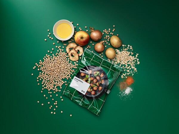 Un sac vert de boules de plantes IKEA avec un assortiment des ingrédients des produits.
