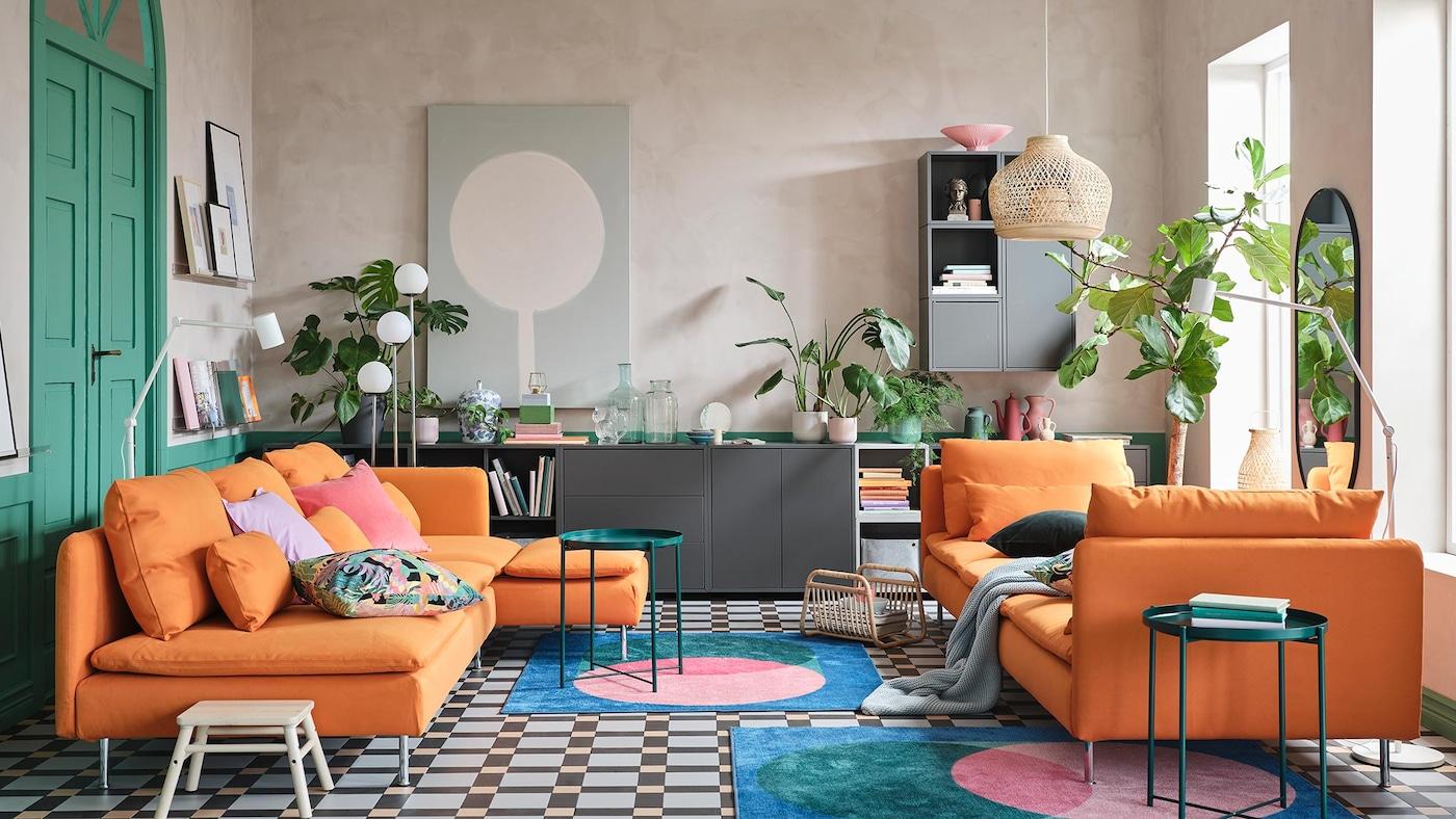 Un salon coloré - Canapé avec méridienne SODERHAMN orange, housse de coussin colorées, table basse d'appoint GLADOM vert foncé