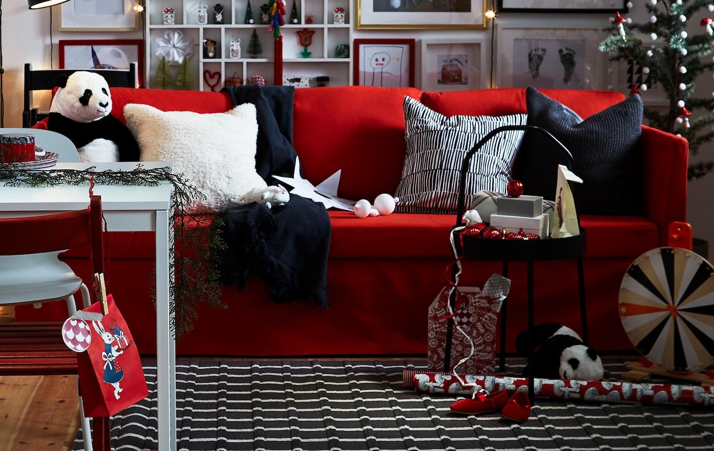 Un salón rojo, negro y blanco con decoraciones festivas.