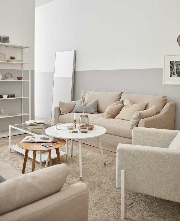 Un salotto naturale e rilassante fatto di legno, vetro e diverse tonalità di bianco