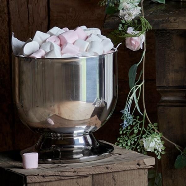 un sceau à champagne rempli de Marshmallows est posé sur une caisse en bois