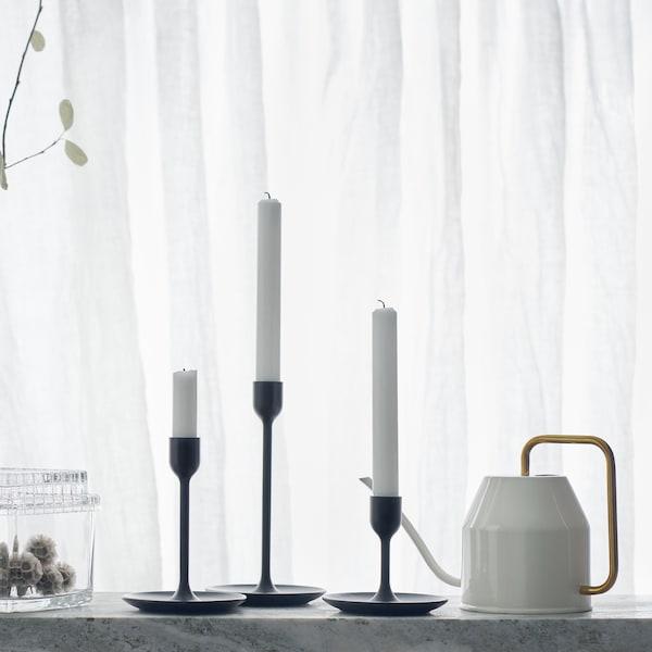 Un set di 3 candelieri neri di diverse dimensioni, un annaffiatoio bianco e contenitori in vetro - IKEA