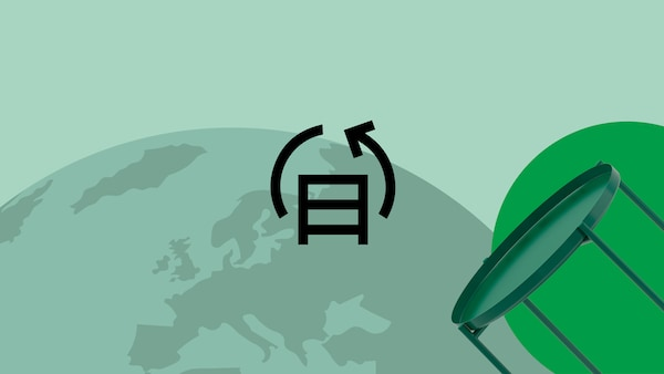 Un simbol al circularităţii pe un fundal verde, cu pământul în fundal și o masă verde în dreapta.