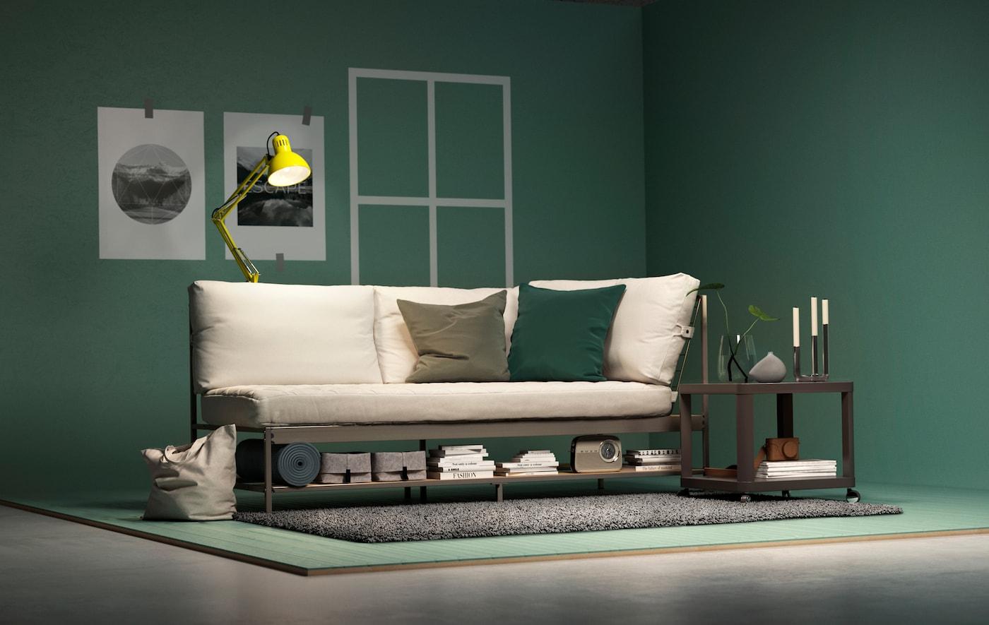 Un sofá IKEA EKEBOL, una mesa auxiliar TINGBY y una lámpara TERTIAL en un diseño de salón con paredes y suelo verdes.