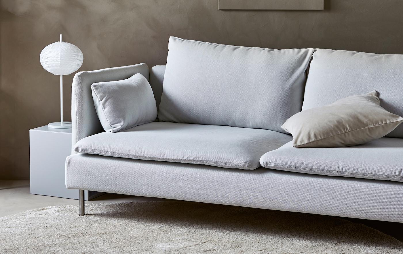 Un sofá moderno en un cálido salón de color tierra y estilo minimalista.