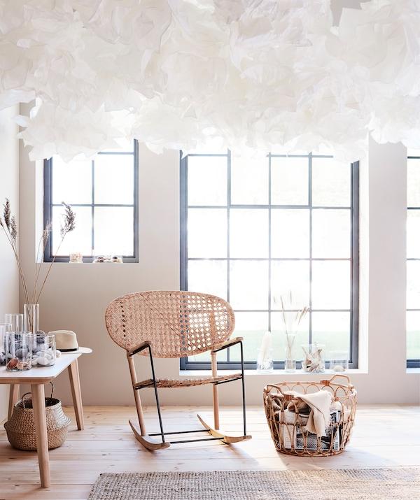 Un soffitto costellato da tanti paralumi KRUSNING non passa inosservato - IKEA