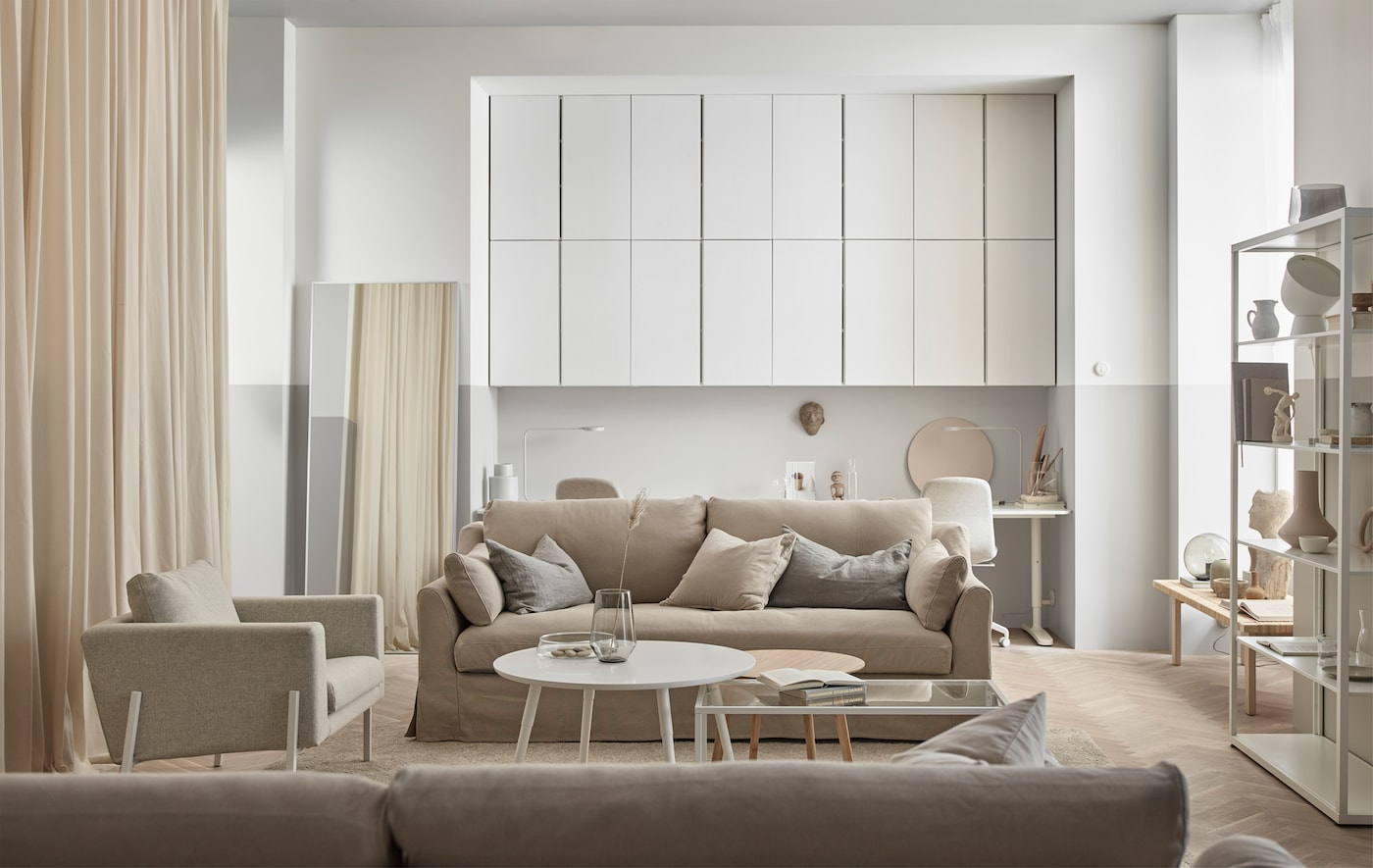 Un soggiorno tono su tono, con i pensili IVAR dipinti nella stessa nuance delle pareti - IKEA