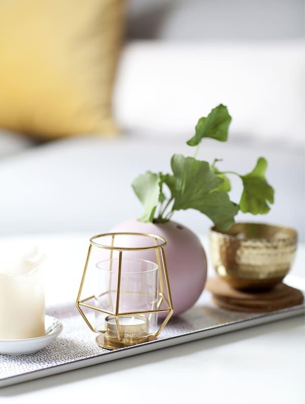 Un vassoio con portacandele, vasi e una piantina – IKEA
