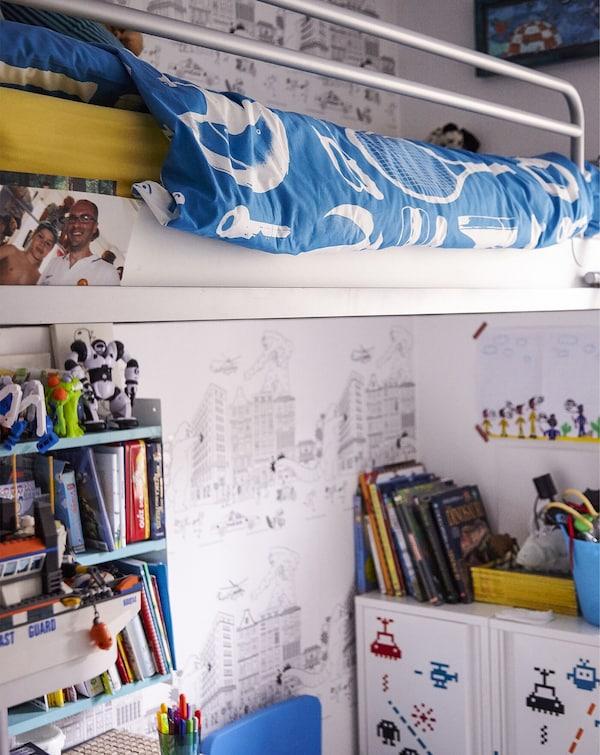 Una cama alta en un dormitorio para niños, con libros, baldas y almacenamiento debajo.