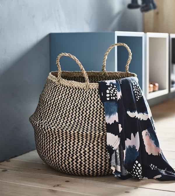Una cesta FLÅDIS para guardar los artículos pequeños en los pisos compartidos.