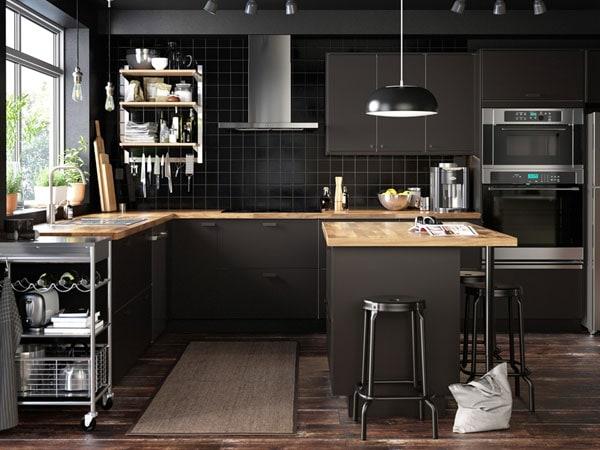 Una cocina elegante con un riel de suspensión abierto con balda KUNGSFORS y cajones KUNGSBACKA en antracita.