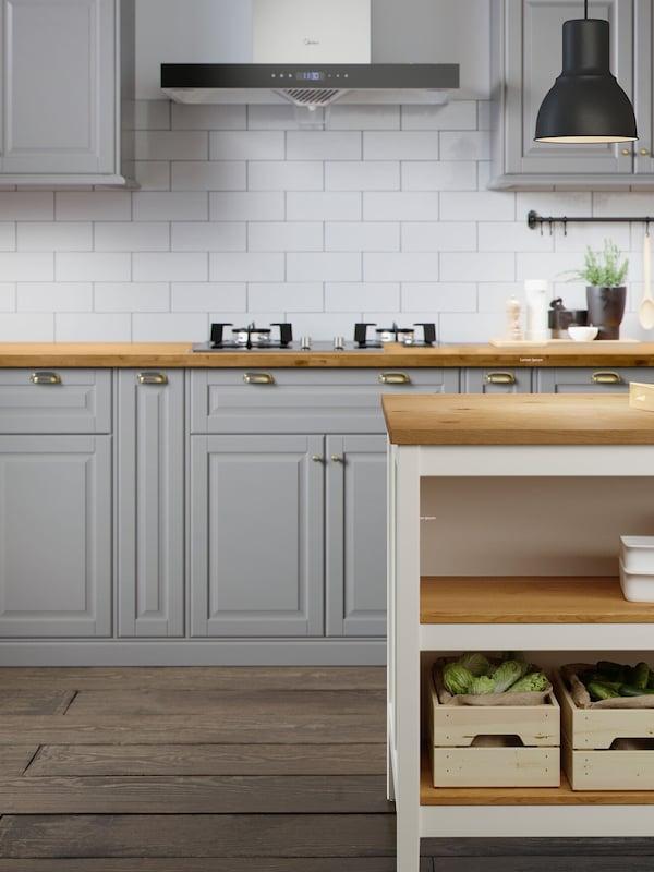 Una cocina gris y blanca.