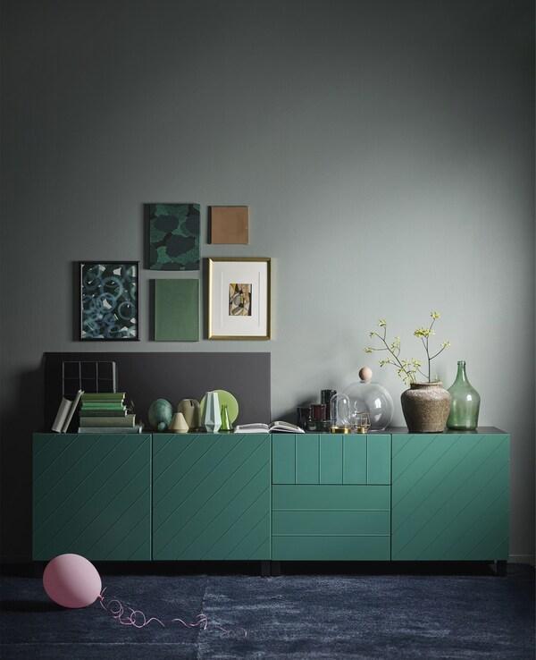 Una combinación de almacenaje BESTÅ en verde azulado. El moderno armario rectangular tiene una estructura en negro-marrón.