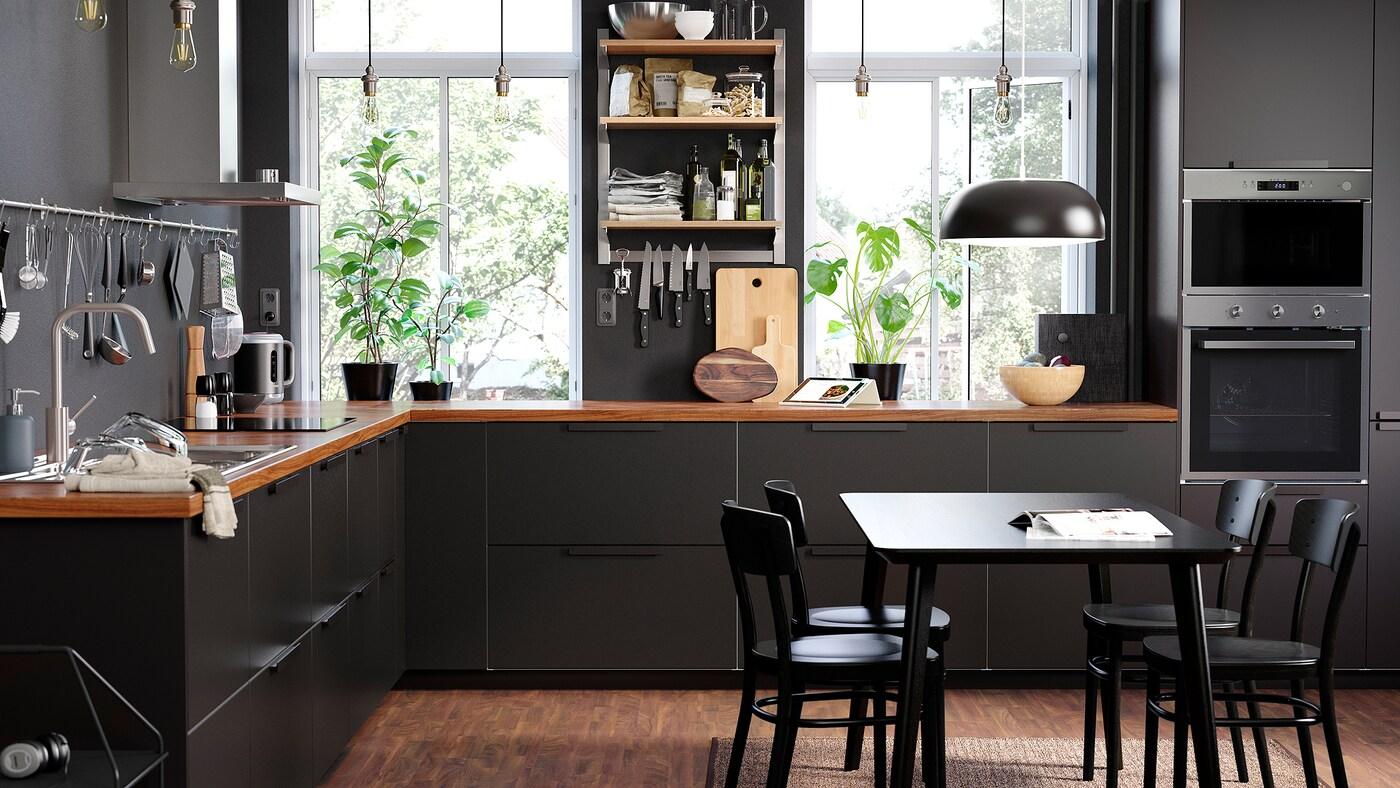 Una cucina dal design lineare con ripiani a giorno montati su binario KUNGSFORS e cassetti KUNGSBACKA antracite.