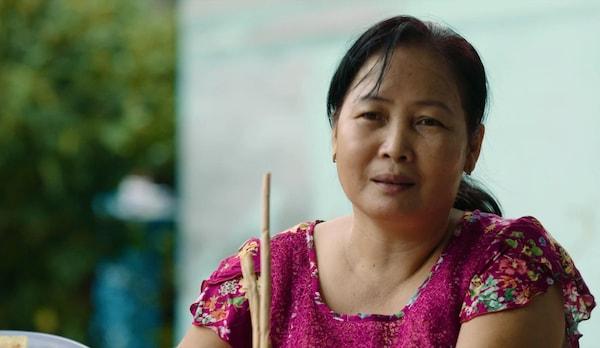 Una de las mujeres que trabajan para ayudar a tejer los manteles individuales IKEA SOARÉ se reúne con otras en casa para tejer juntas.