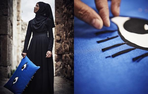 Una donna con un cuscino azzurro decorato con un occhio e delle nappe - IKEA