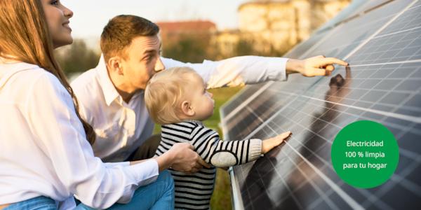 Una familia observando los paneles solares