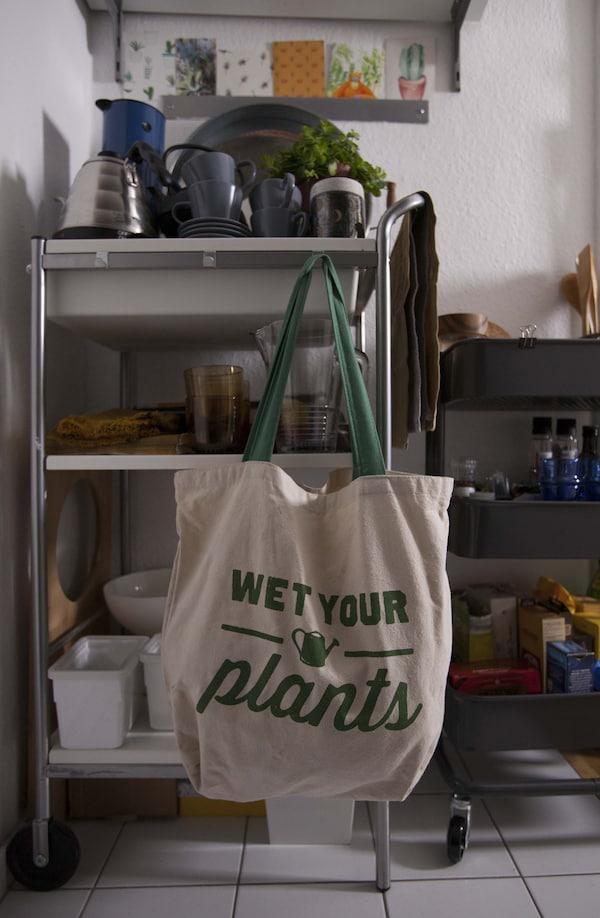Una gran bolsa de algodón colgada de una estantería.