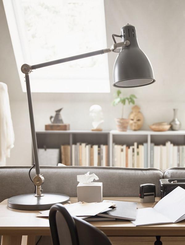 Una lámpara de mesa negra encima de un escritorio.