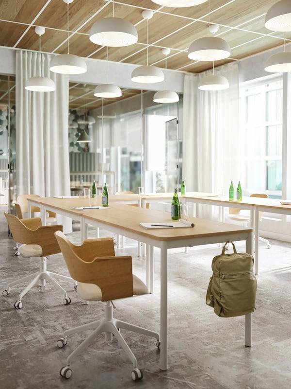 Una oficina atractiva y colaborativa que fomenta las ideas