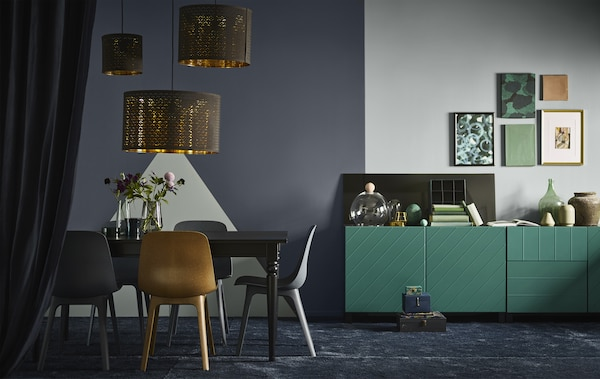 Una pared de color gris oscuro separa la zona de comedor del salón azul en un espacio de planta abierta con numerosas texturas.