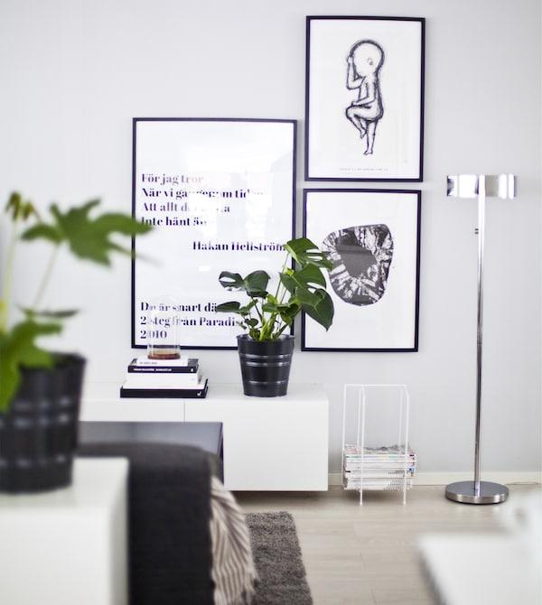 Una parete grigio chiaro decorata con quadri in bianco e nero – IKEA