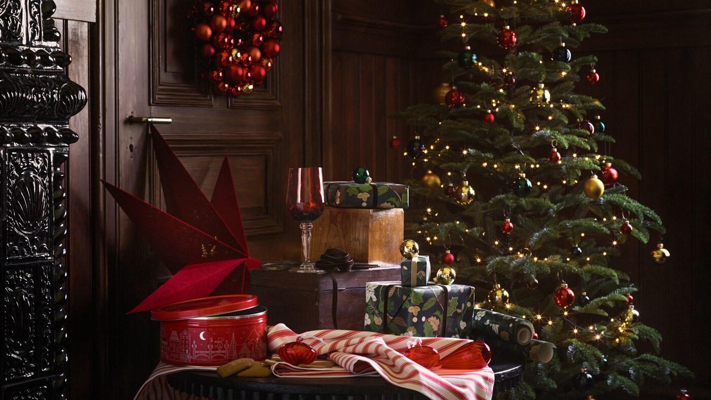 Una selecció de productes de la gamma IKEA VINTER 2020, incloent-hi un arbre de Nadal, regals i accessoris per a la llar.