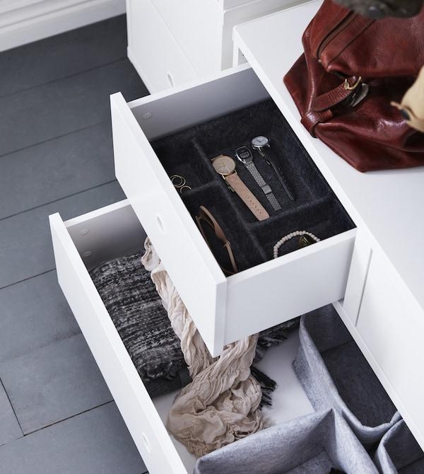 Una vista cenital de cajones abiertos en una solución de organización del recibidor.