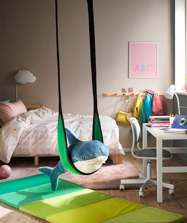 Un'altalena GUNGGUNG vicino alla scrivania permette al bambino di passare facilmente dai compiti al gioco e viceversa - IKEA
