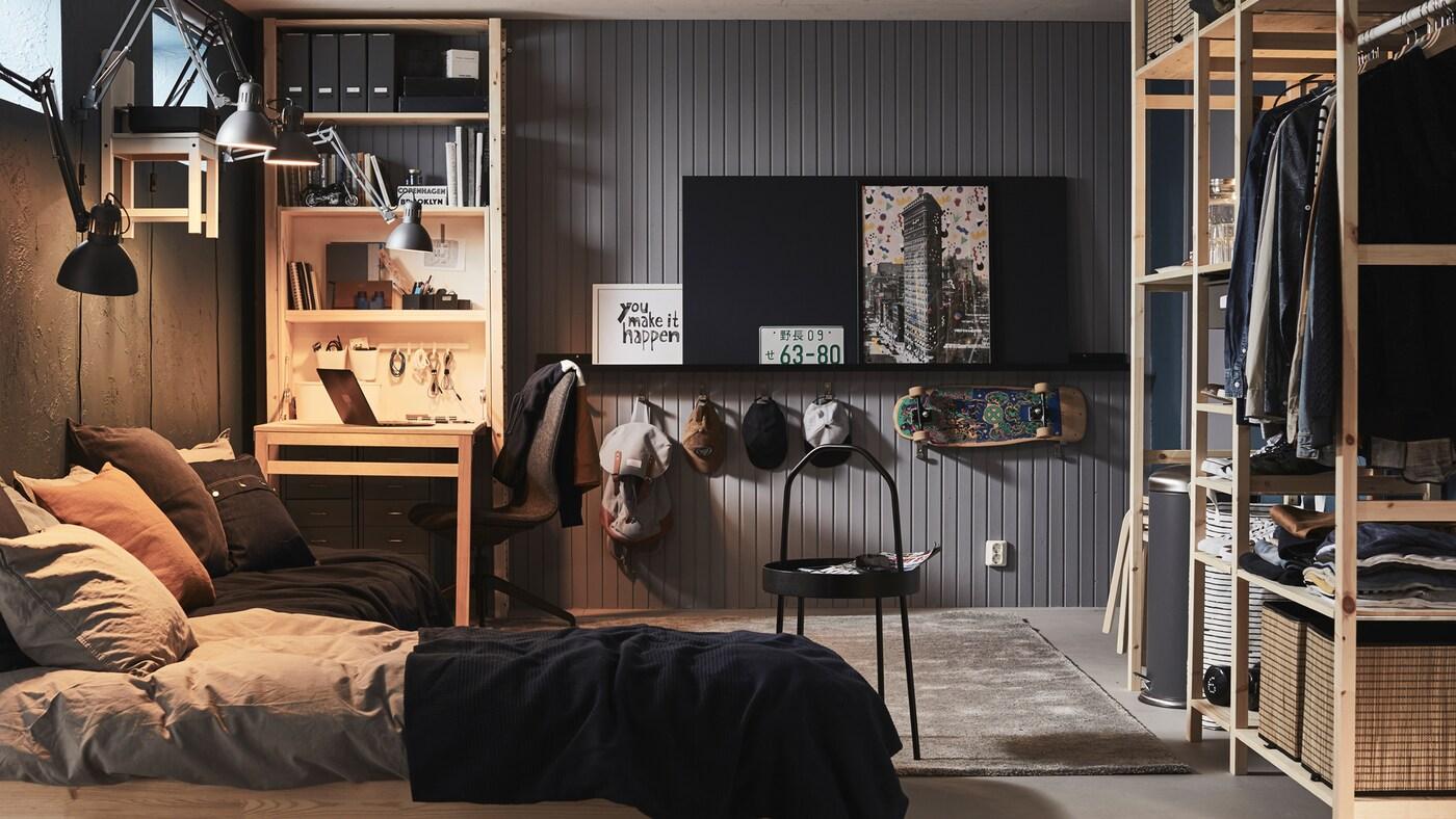 Une chambre à coucher avec un lit et du rangement incluant un grand agencement de tablettes IVAR et une unité de rangement IVAR avec table pliable.