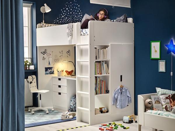Une chambre d'adolescent avec un lit mezzanine sous lequel est placé un bureau.