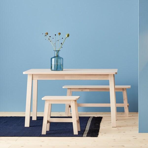 Une collection de tables et chaises au design suédois, simple et épuré