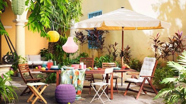 Une cour intérieure de style cubain avec mobilier d'extérieur et parasol