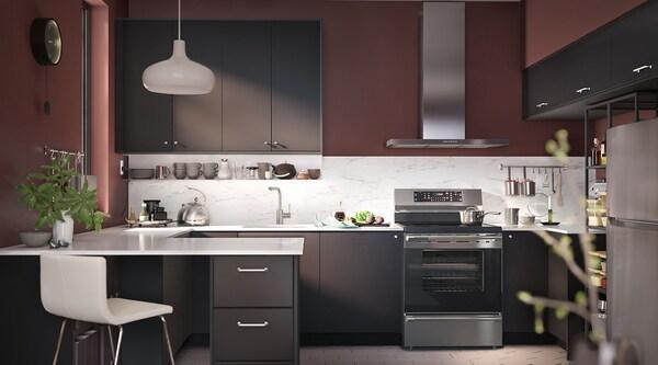 Une cuisine spacieuse et une cuisinière TVÄRSÄKER avec table de cuisson à induction.
