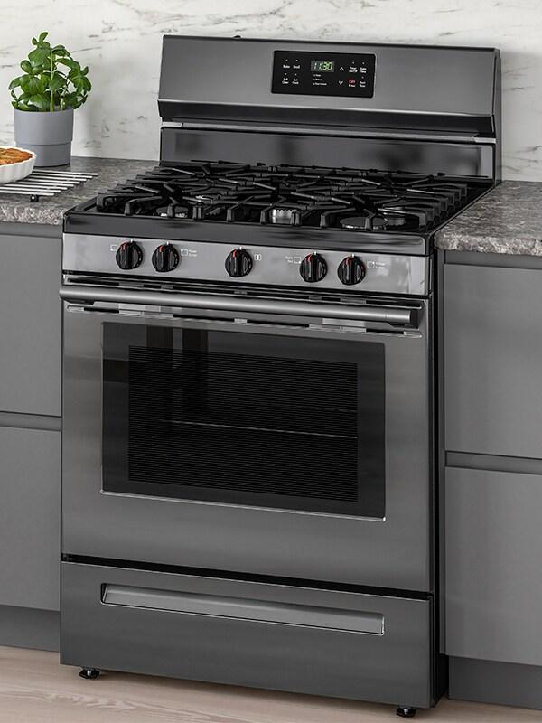Une cuisinière MOTSVARIG avec table de cuisson au gaz en acier inoxydable noir.