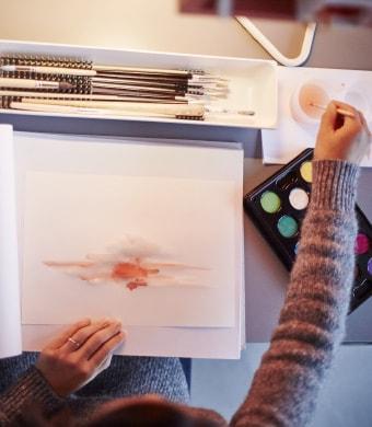 Une femme peint à son bureau