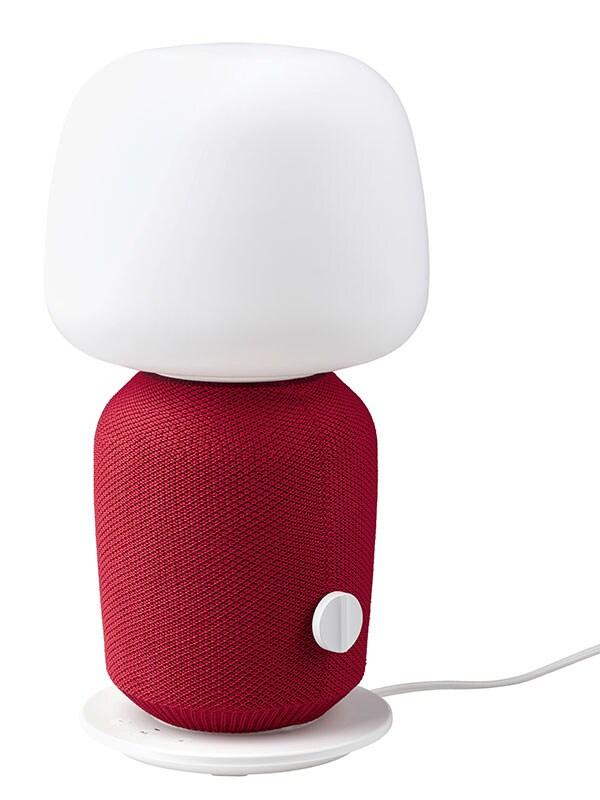 Une lampe de table haut-parleur SYMFONISK munie d'une house rouge.